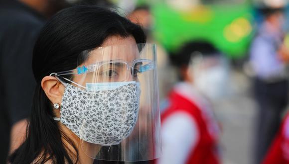 Una de las recomendaciones es usar una mascarilla quirúrgica en contacto con la piel y encima la de tela para ajustar y evitar el ingreso de aerosoles. (Foto: Archivo GEC)