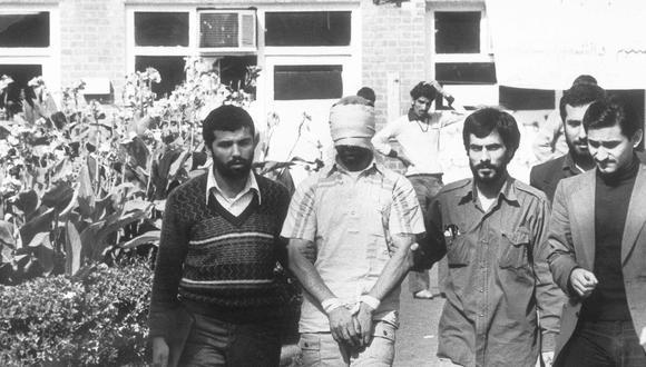 Tras varios días de manifestaciones frente a la sede de la embajada, el 4 de noviembre de 1979, cientos de estudiantes seguidores de Jomeiní irrumpieron en el recinto y capturaron a los diplomáticos, que fueron exhibidos con los ojos vendados y maniatados. (AP)