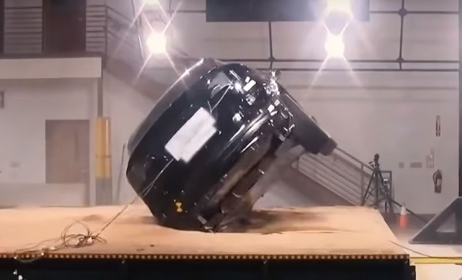 El Tesla Model X logra tener un bajo centro de gravedad gracias a la ubicación de su paquete de baterías. (Foto: Twitter).