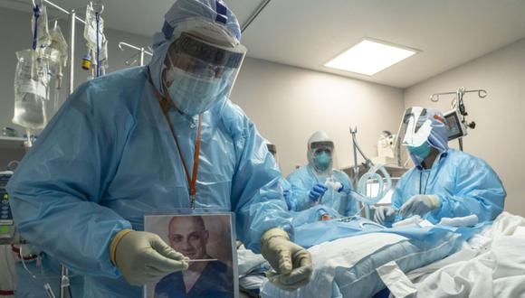 Los miembros del personal médico se preparan para realizar un procedimiento de traqueotomía percutánea en un paciente en la unidad de cuidados intensivos (UCI) COVID-19 durante el Día de Acción de Gracias en el United Memorial Medical Center en Houston, Texas. (Foto: Nakamura / Getty Images / AFP).