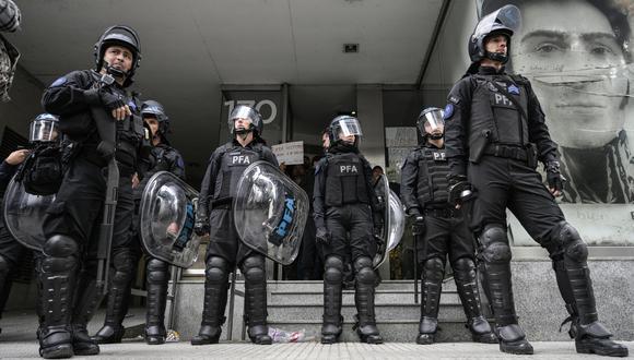 La policía de Argentina arrestó a diez sujetos acusados de cometer una violación en manada contra una joven. )(Foto referencial: AFP/Archivo)