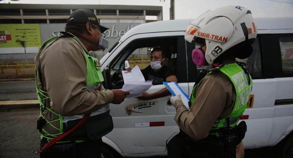 Miembros de las Fuerzas Armadas y de la Policía Nacional fueron desplazados en diferentes mercados y avenidas principales de Lima para verificar el cumplimiento de las restricciones durante el estado de emergencia para reducir el riesgo de contagio del coronavirus. (Foto: César Grados)
