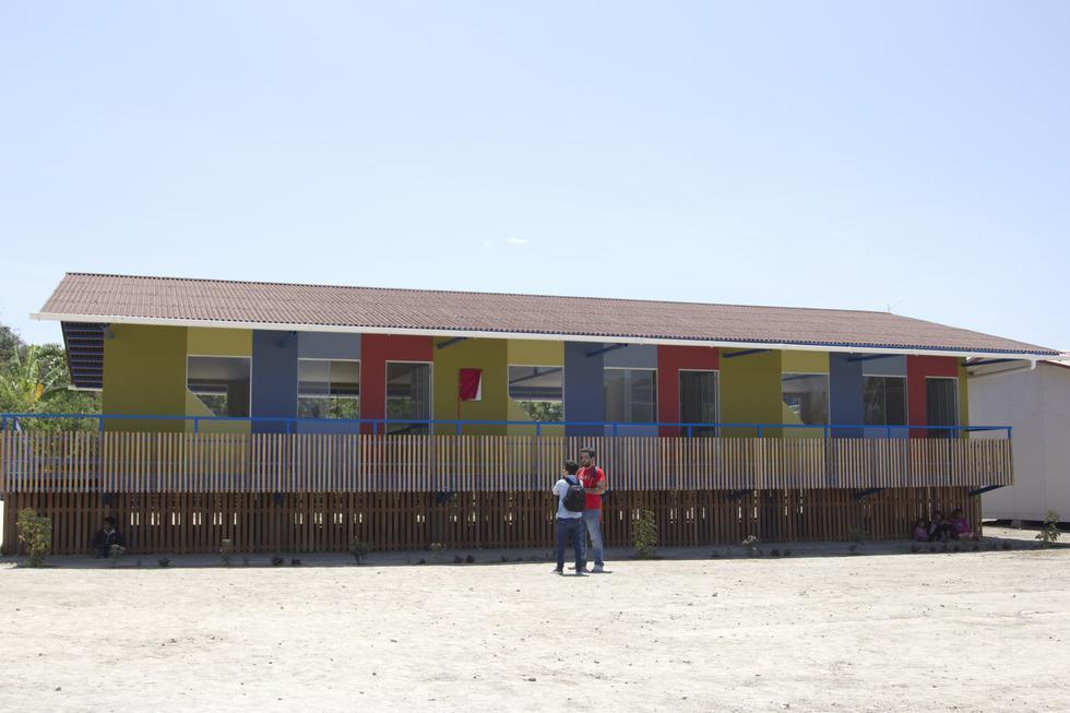 Anteriormente, el colegio se encontraba al ras del suelo y no tenía instalaciones modernas. La estructura del nuevo edificio es antisísmica y se levanta sobre pilotes para evitar futuros daños por posibles desbordes en la región.