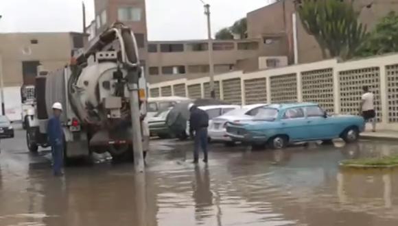 Vecinos de Surco reportaron una inundación en la urbanización Los Precursores. (Captura Canal N)