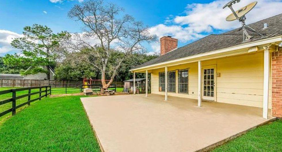 La casa también tiene muchos espacios verdes al aire libre para disfrutar. El gran porche trasero es perfecto para ver la puesta de sol. (Foto: Realtor)