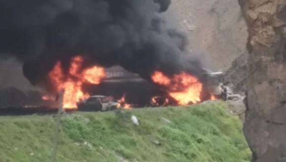 El incendio de al menos seis camiones cisterna en la Carretera Central ocurrió el sábado 27 de marzo pasadas las 8:30 am   Foto: @DeviandesPeru