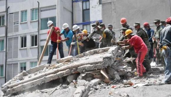 Por lo general, la primera limpieza de escombros la hacen sobrevivientes y voluntarios. (Foto: AFP)