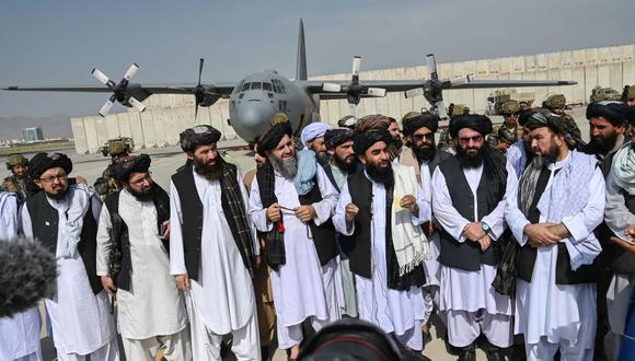 Líderes talibanes en el aeropuerto de Kabul el 31 de agosto de 2021. (WAKIL KOHSAR / AFP).
