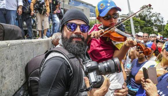 """Isaac Paniza en una concentración opositora en el este de Caracas. """"Mis fotografías demuestran que he estado al frente, donde han caído heridos y personas que fueron asesinadas"""", dice el fotorreportero. (Archivo personal)."""