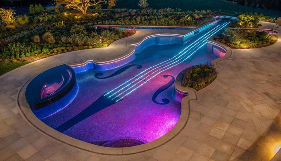 Esta piscina tiene forma de un violín. Los azulejos fueron colocados siguiendo los colores originales del instrumento musical y se instalaron luces para que formen las cuerdas. (Foto: Facebook Cipriano Landscape Design)