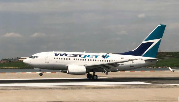 En esta foto de archivo tomada el 28 de julio de 2018, un avión Westjet aterriza en el Aeropuerto LaGuardia en Nueva York. (AFP / Daniel SLIM).
