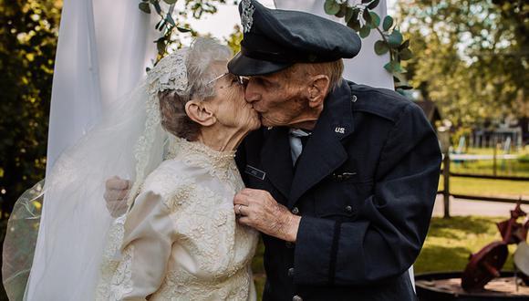 Ella lució vestido de bodas y él se puso su uniforme de la Fuerza Aérea de los Estados Unidos. (Foto: St. Croix Hospice/Facebook)