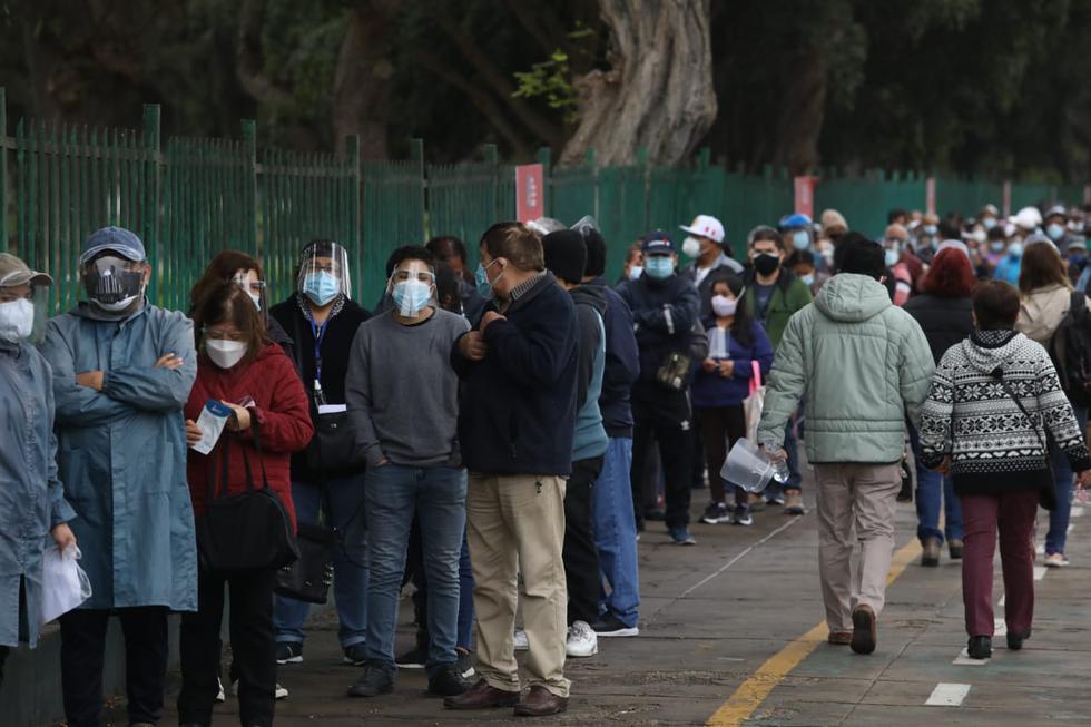 Desde las primeras horas de hoy se han venido reportando largas colas de personas de 54 y 55 años que esperan ingresar a los centros de vacunación, situados en el Campo de Marte (Jesús María) y el Complejo Deportivo IPD Bayóvar (San Juan de Lurigancho), para ser vacunados contra el COVID-19. Hoy, miércoles 30 de junio, se inició la jornada inmunización para este grupo etario. (Foto: Britanie Arroyo / @photo.gec)