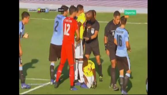 En el Colombia vs. Uruguay, Cáceres cometió dura falta que originó una bronca en el campo cafetero. El duelo se dio por la última jornada del hexagonal final del Sudamericano (Foto: captura de pantalla)