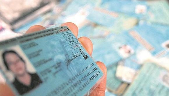 Desde la comodidad de su casa o de su oficina puede tramitar el duplicado de su DNI. (Foto: Referencial / El Comercio)