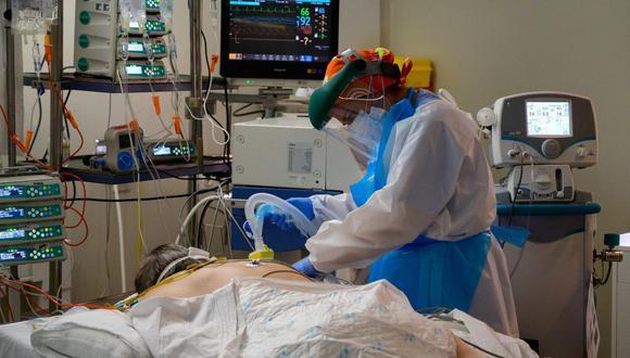 Personal sanitario atiende a un paciente de coronavirus en la Unidad de Cuidados Intensivos del hospital Príncipe de Asturias en Alcalá de Henares, cerca de Madrid, España. (AFP / PIERRE-PHILIPPE MARCOU).