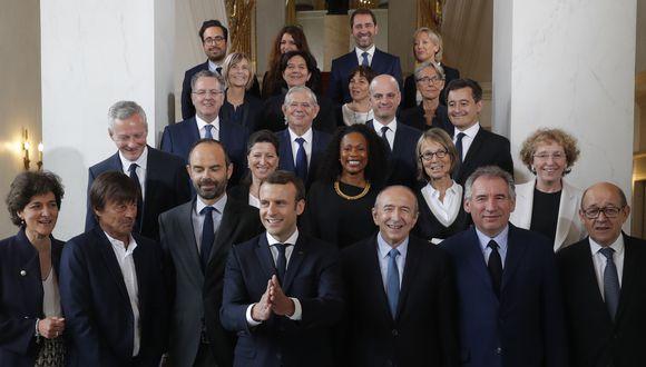 En esta foto de archivo, tomada el 18 de mayo de 2017, el presidente francés Emmanuel Macron y el primer ministro Edouard Philippe posan para la foto después de la primera reunión del gabinete en el Palacio del Elíseo, en París. (PHILIPPE WOJAZER / POOL / AFP)