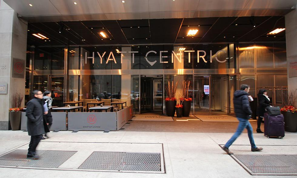 """La cadena Hyatt Hotels Corporation abrirá el próximo 16 de abril su primer hotel en el Perú bajo la marca Hyatt Centric en el corazón de San Isidro. El nuevo hotel Hyatt Centric San Isidro Lima apunta a un público explorador astuto que busca estar en el centro de la acción para descubrir lo más interesante de la ciudad. """"Llevábamos años contemplando llegar al Perú y estamos muy contentos de celebrar esta apertura como un gran hito para nuestra compañía y para la región. Estamos haciendo una gran apuesta, pues sabemos que el Perú es un país reconocido mundialmente con grandes proyecciones económicas en la región"""", declaró Álvaro Valeriani, vicepresidente regional de ventas y mercadeo para Latinoamérica y el Caribe de Hyatt. El hotel se ha construido sobre un terreno de 5.500 m2, ubicado entre la Av. Jorge Basadre y Los Pinos, en el distrito de San Isidro, y cuenta con 254 habitaciones, 10 pisos, y 5 sótanos con 120 estacionamientos. La inversión de dicho proyecto asciende a US$55 millones y esperan obtener un 70% de ocupabilidad en los primeros seis meses, con una tarifa que oscila entre los US$270 y US$300. El representante de la empresa detalló que el nuevo hotel tendrá un concepto lifestyle, el cual ofrece una serie de experiencias gastronómicas a los huéspedes. Además, la decoración ha sido concebida con artistas peruanos."""