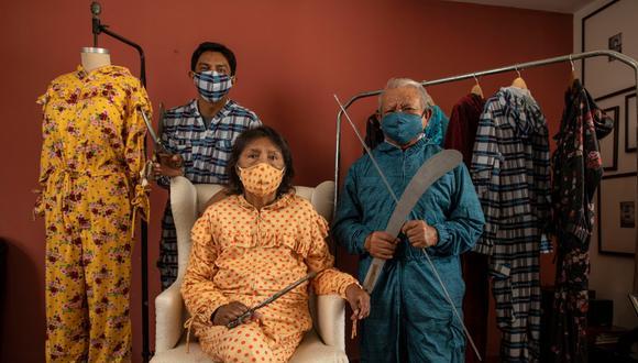 Jorge Luis Salinas (izq.) se inspiró en sus padres, Claudia (83) y Leonardo (85), para hacer los mamelucos de tela de algodón con tecnología antibacterial. (Foto: Elías Alfageme / Somos)