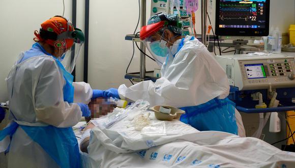Doctores atienden a un paciente de coronavirus en el hospital Príncipe de Asturias en Alcalá, en España. Foto: AFP / PIERRE-PHILIPPE MARCOU
