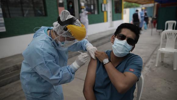 Segundo día de la campaña de vacunación contra el COVID-19, En el Hospital Hipólito Unanue (Bravo chico) El Agustino. (Foto: Anthony Niño de Guzmán / @photo.gec)