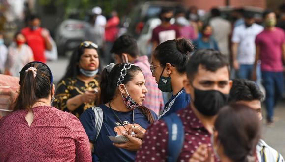 La gente se agolpa en el mercado de Sarojini Nagar para comprar después de que las autoridades suavizaron un cierre impuesto como medida preventiva para frenar el coronavirus en Nueva Delhi, India. (Foto de Prakash SINGH / AFP).