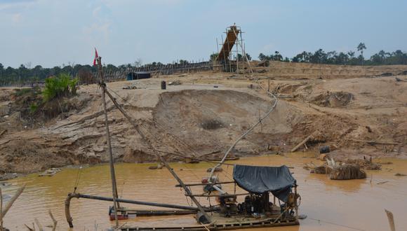 A pocos kilómetros de la comunidad de Arazaire, existen dragas para extraer oro. Otros 11 pueblos tienen problemas similares (Foto: Jorge Malpartida Tabuchi)