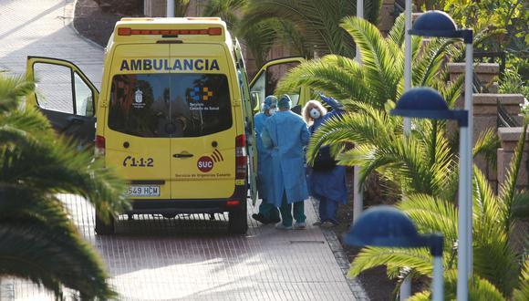 Un turista afectado por el coronavirus es trasladado a un hospital desde el hotel H10 Costa Adeje Palace, que está en cuarentena en Tenerife, España. (REUTERS / Borja Suárez).