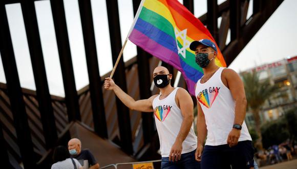 Las personas participan en un evento del Orgullo Gay que se ha reducido en medio de los temores de la enfermedad del coronavirus (COVID-19), en la plaza Rabin en Tel Aviv, Israel, el 28 de junio de 2020 (REUTERS / AMIR COHEN).