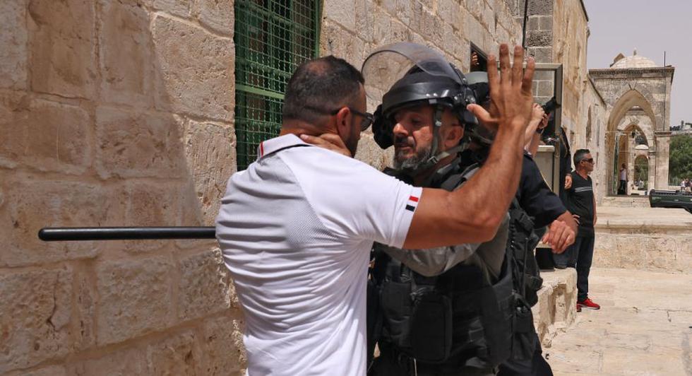 Nuevos enfrentamientos entre palestinos y la policía israelí estallaron hoy en el recinto de la mezquita de Al-Aqsa de Jerusalén, en el Los últimos disturbios en el sensible sitio religioso, dijeron periodistas y policías de AFP. (Foto: AHMAD GHARABLI / AFP)