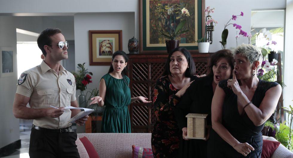 Un policía (Sebastián Stimman) investiga una denuncia frente a la mirada atónita de las mujeres de la casa (Ximena Galiano, Natalia Torres Vilar, Lilian Nieto y Bettina Oneto). (Foto: Hugo Pérez)