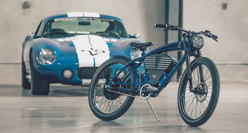 Bicicleta eléctrica de Vintage Electric y, atrás, el mítico deportivo Shelby Cobra.(Foto: Vintage Electric)