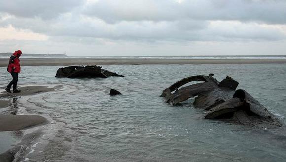 El naufragio atrae a curiosos a la zona. (Foto: AFP)
