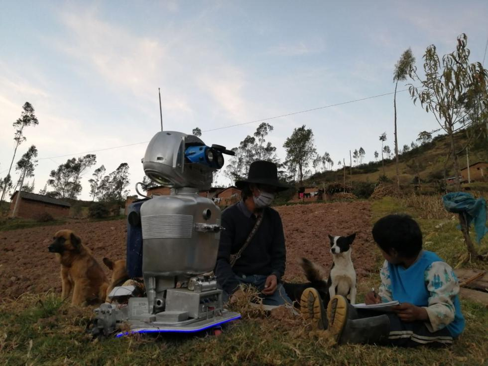 Walter Velásquez Godoy, el ingenioso docente de ciencias y tecnología, y su robot Kipi enseñando a sus alumnos que viven en comunidades alejadas del distrito de Colcabamba, región Huancavelica. Sus ojos son dos linternas, su cuerpo un envase de plástico y su cabeza una radio antigua. Así es Kipi, una robot ecologista hecha con chatarra reciclada que recorre los Andes peruanos con su creador, un joven profesor al que ayuda a llevar educación allí donde no llega internet, radio ni televisión. (Foto: Andina)