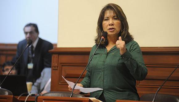"""Martha Chávez llamó """"señora de Isla"""" a presidenta del Congreso"""