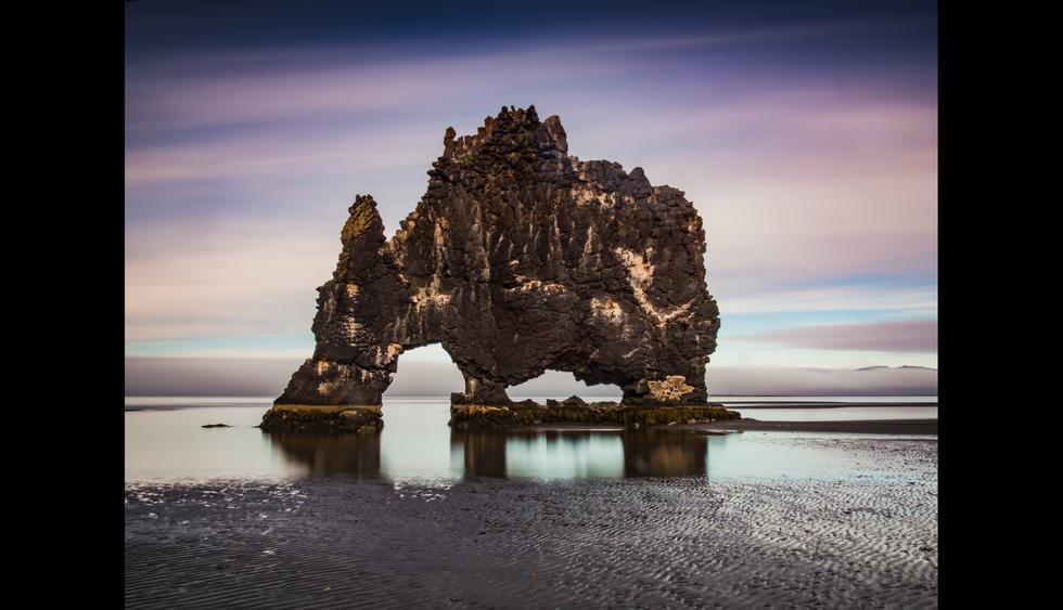 Hvítserkur es una formación rocosa en la costa este de la península de Vatnsnes, a dos horas al norte de Reikiavik. Foto: Shutterstock.