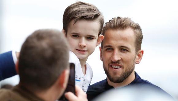 Harry Kane junto a un fan en el centro de entrenamiento. (Foto: Reuters)