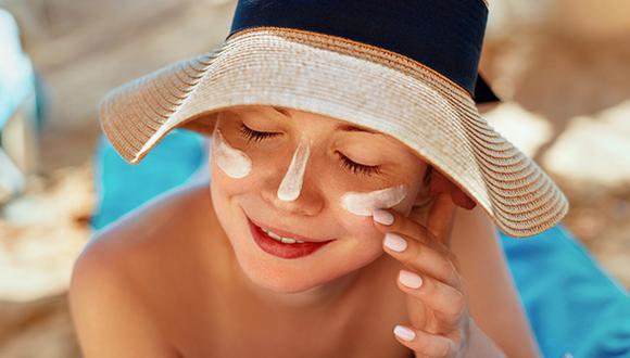 Un buen protector solar debe proteger la piel de los rayos UVA y rayos UVB. (Foto: Shutterstock)