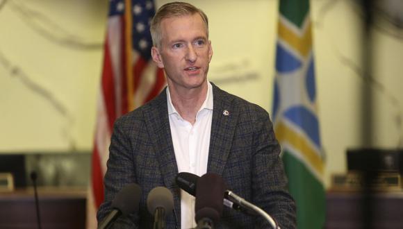 En esta foto de archivo del 30 de agosto de 2020, el alcalde de Portland, Ted Wheeler, habla durante una conferencia de prensa. (Sean Meagher/The Oregonian/AP).