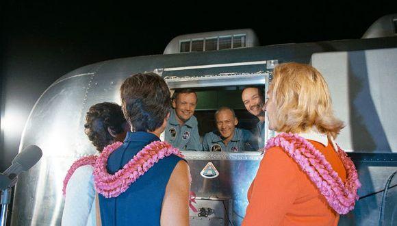Nixon saluda a los astronautas de la Apolo 11 durante su cuarentena. (Foto: NASA)
