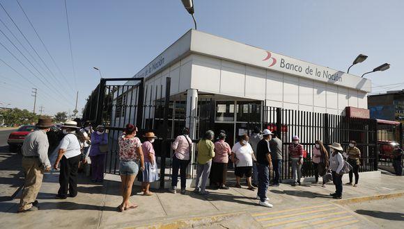 Desde la semana pasado, ciudadanos han empezado con el cobro de los bonos en el Banco de la Nación. (Foto: GEC)