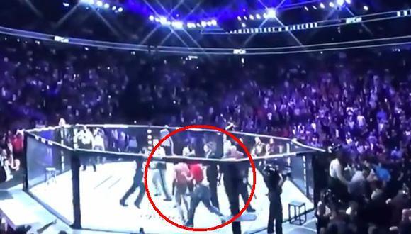 Aficionado golpea a Conor tras final del combate | Foto: captura