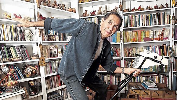 El galopante escritor en la habitación donde guarda su colección de juguetes de madera. Los temas que abarca en su más reciente libro no son cosa de juego.