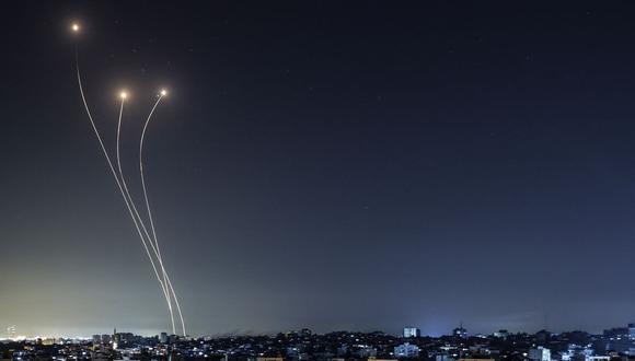 El sistema antimisiles Cúpula de Hierro de Israel se intercepta cohetes lanzados desde la Franja de Gaza, el 17 de mayo de 2021. (Foto de Mahmud Hams / AFP).