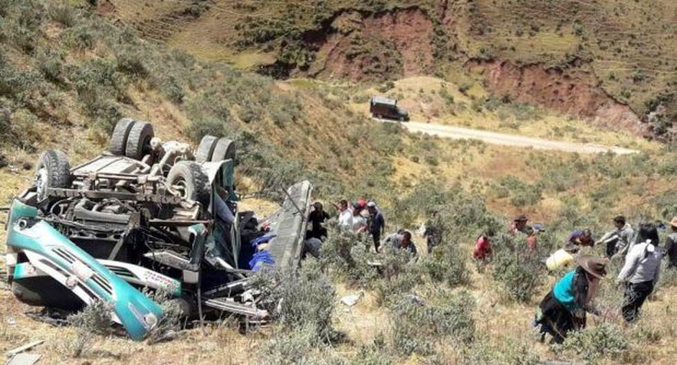"""El vehículo pertenecía a la empresa """"Turismo Rosario"""" y se dirigía de Sihuas a la ciudad de Lima. El accidente se registró a las 12:30 pm en el cruce de las localides de Quiches y Santa Clara (Foto. cortesía Santa Clara)"""