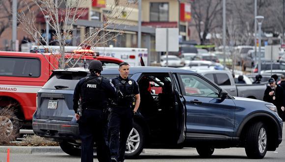 Los oficiales de policía se paran afuera del estacionamiento de la tienda de comestibles King Soopers en Boulder, Colorado, el 22 de marzo de 2021 después de los informes de un tirador activo. (Foto: Jason Connolly / AFP)
