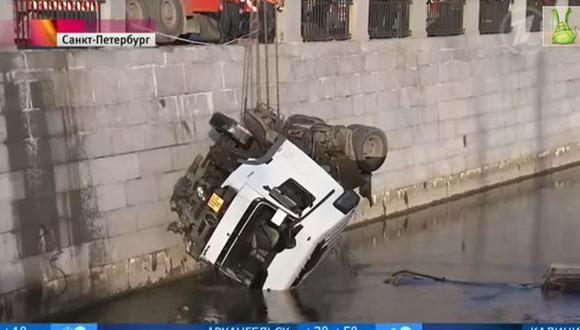 Camión cisterna cae de puente en Rusia
