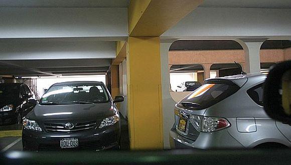 ¿Se debe cobrar el estacionamiento en los centros comerciales?
