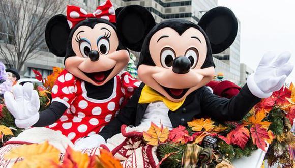 Turistas suelen posar para tomarse fotos con Mickey y Minnie Mouse en los parques temáticos de Walt Disney World. (Foto: Getty Images, vía BBC Mundo).