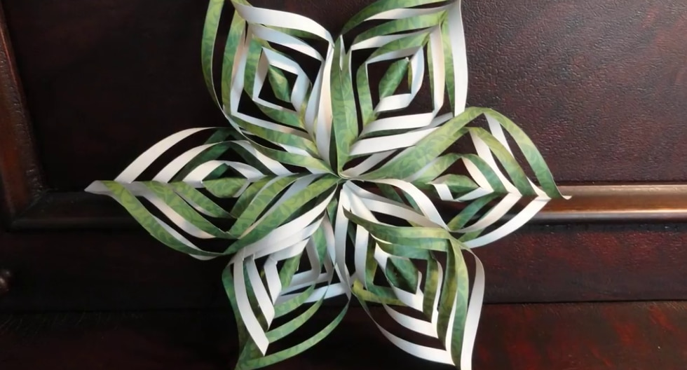 Hojas de papel de encaje, lápiz, regla, tijeras y mucha paciencia son los únicos elementos que necesitarás para realizar esta decoración. (Foto: yoyomax12 en YouTube)